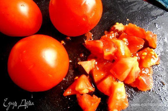 Далее под руку попались помидоры! Можно не сильно мельчить...