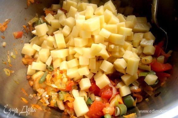 Высыпаем картофель к овощам...