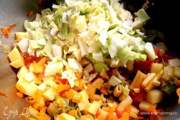 Перемешиваем капусту с остальными овощами...