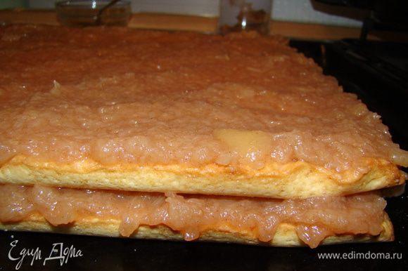"""Обильно прослаиваем коржи яблочным пюре, для верхнего слоя оставьте мЕньшую порцию (допустим 1/4 или 1/5), и даем ночь, чтобы """"торт"""" пропитался. Коржи достаточно толстые, поэтому сильно они все-равно не размокнут ;)"""