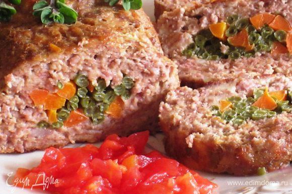Рулет нарезать на порционные куски и подавать с помидорaми. Приятного аппетита:)