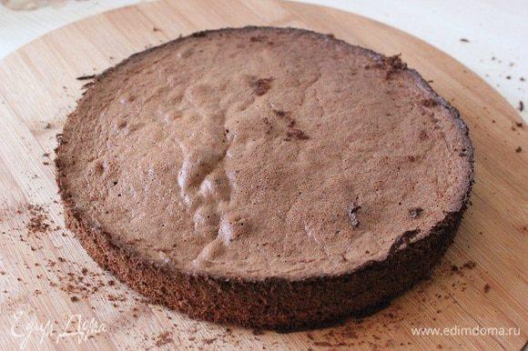 ПРИГОТОВЛЕНИЕ: Муку, сахар, яйца, желтки, муку и какао сложить в чашу миксера, перемешать на средней скорости 1-2 мин. Белки взбить с сахарной пудрой до устойчивых пиков. Добавить к тесту, аккуратно перемешать. Выпечь 4 коржа,при температуре 180С до готовности.