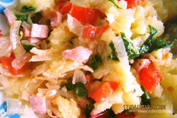 Начинка: режим полукольцами луковицу, полосочками бекон и шпинат, кубиками черри. Поочередно отправляем в казанок и слегка тушим. Добавляем к начинке картошку и аккуратно смешиваем, обязательно попробовать на соль.