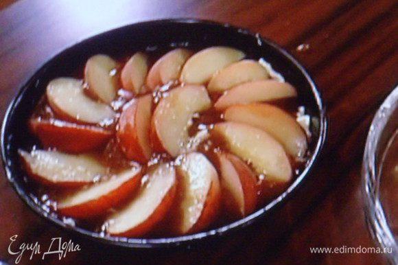 Персики, не снимая кожицы разрезать на дольки и выложить в нахлёст на карамельный слой.