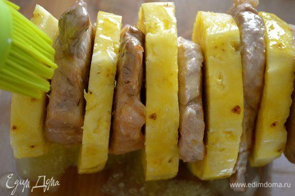 Растопить сливочное масло. Выложить наш шампур в форму для запекания и смазать обильно растопленным маслом, в особенности ломтики ананаса.