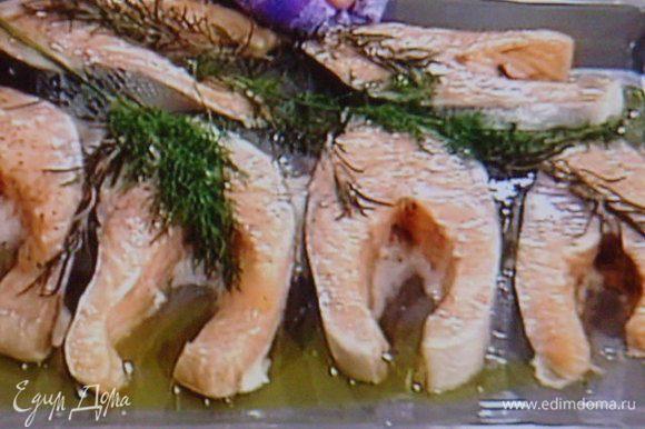 Подавать стейки лосося на подогретом блюде тальятелле, полить соусом.