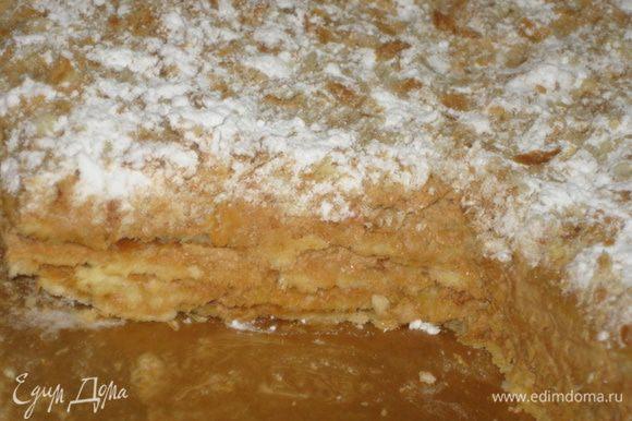Сборка: Корж, 3 ст.л. крема, корж, 3 ст.л. крема, корж, 3 ст.л. крема, корж, 3 ст.л. крема. Сверху посыпаем измельчёнными обрезками и посыпаем сахарной пудрой.