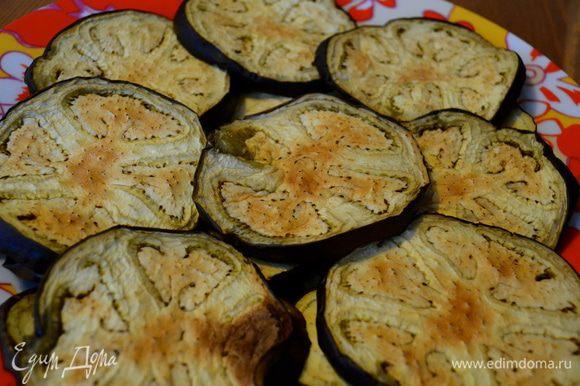 Подготовим форму, в которой будем запекать Пармиджана, сами баклажаны, соус и тертый сыр.