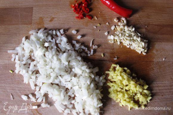 Лук, имбирь, чеснок и немного красного перчика (он очень коварный!) мелко порезать.