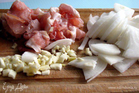 Измельчить чеснок и лук, нарезать бекон полосками.