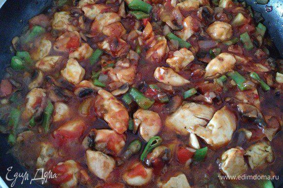 Затем добавляем мелко нарезанный перец Чили (половину стручка, думаю, будет достаточно), томатную пасту и немного воды. Накрываем крышкой и тушим еще минут 10-15 на медленном огне.