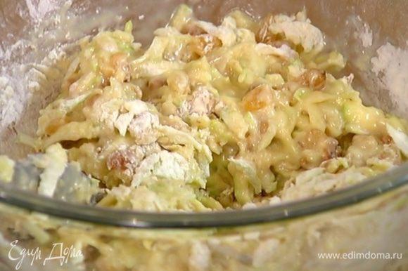 Влить в тесто масляно-молочную массу и еще раз вымешать.