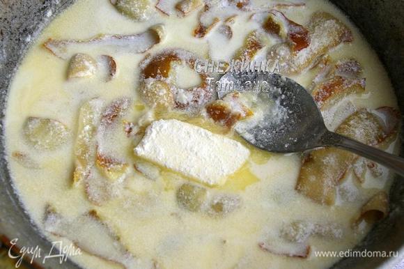 Для соуса на чистой сухой сковороде растапливаем 2 ст.л. сливочного масла, отправляем грушевую кожуру. Наливаем сливки и вино, солим по вкусу. Томим несколько минут. Затем кусочек сливочного масла обваливаем в муке и добавляем в соус. Готовим ещё 5 минут, помешивая.