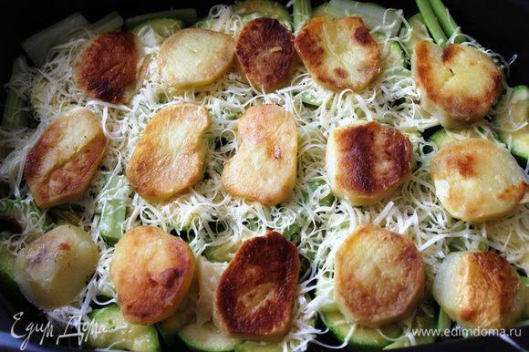 Второй слой - картофель. Предварительно его надо очистить, отварить до полуготовности, нарезать на кольца по 1 см и обжарить в масле на сковороде