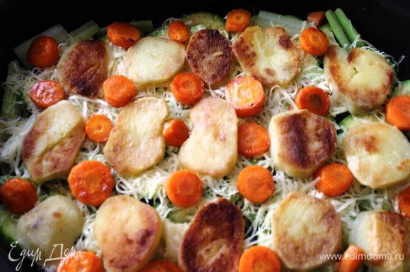 Далее разложить морковь, предварительно нарезанную на кольца по 1 см и поджаренную в сковороде в смеси двух масел...не забыть добавить соль