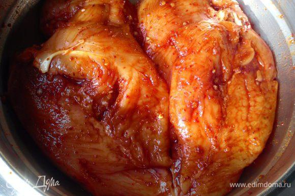 Обмазать филе маринадом