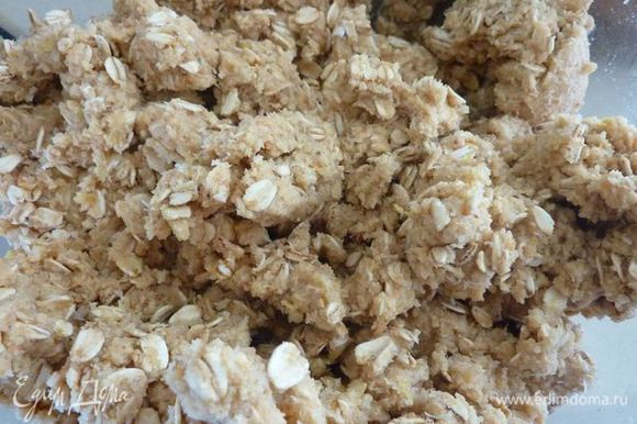 В средней миске, используя миксер, взбейте сливочное масло и сахар, 4 минуты. Добавить ваниль и яйца и взбить до однородности . Добавить в смесь муки и взбивать до однороднасьти . Добавить овсянку , кокос , лайм и хорошо размешать .