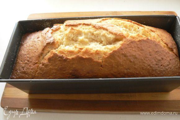 Духовку нагреть на 180-200 градусов. Форму для кекса смазать сливочным маслом, стенки и дно присыпать мукой.Выпекать кекс около 50 минут до готовности(проверить деревянной палочкой), затем остудить на решетке.