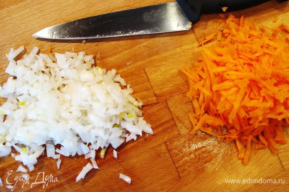 Пока варится свекла режем мелко лук, морковь трем на крупной терке.