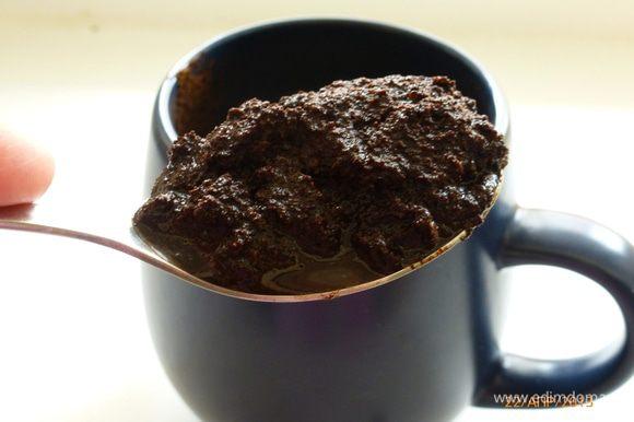 Когда опара готова, начинаем замешивать тесто. В теплое молоко добавляем кофейную гущу, я взяла 1 ст.л. с верхом, можно 2 ст.л смело положить.