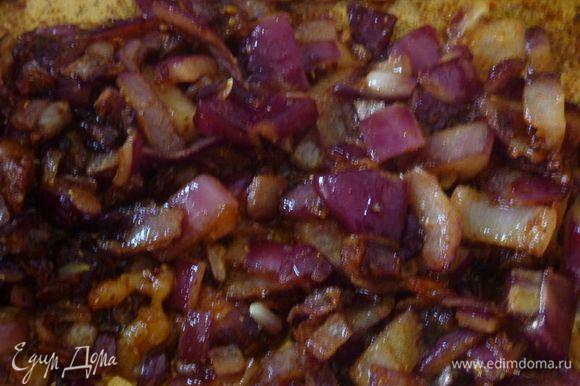 Разогреть оставшиеся 2 чайные ложки масла в сковороде в которой жарилась курица , обжарить лук и чеснок, часто помешивая, пока лук не смягчится, около 7 минут. Добавьте порошок карри и 3/4 чайной ложки соли, обжарить 1 минуту.
