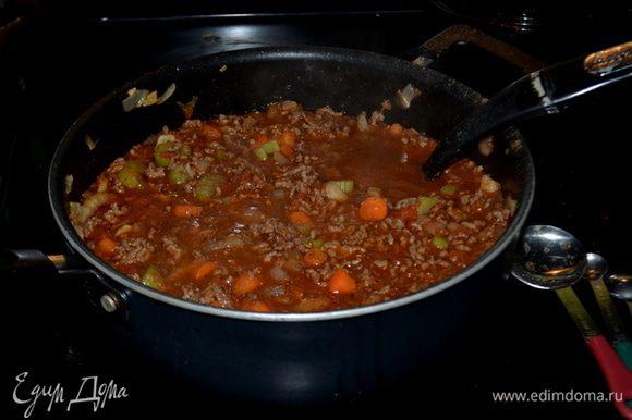 Выложить в овощи обратно фарш. Добавить томаты из блендара,томатную пасту, говяжий бульон и специи. Огонь убавить на медленный и тушить примерно 30 мин.