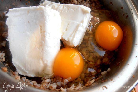 Вбиваем пару яиц (в некоторых рецептах их до 4-х, но и два отлично держали форму!).