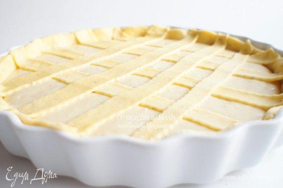 Если тесто осталось, из него можно сделать полоски и украсить ими верх пирога.