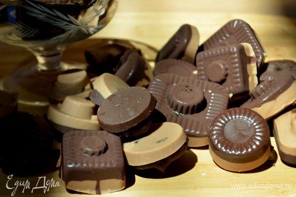 Растопим белый шоколад,я делала в той же емкости ,что темный шоколад поэтому он у меня потемнел слегка. Выложим поверх начинки ложкой. И поставим в холодильник на час или на ночь. И угощаемся.