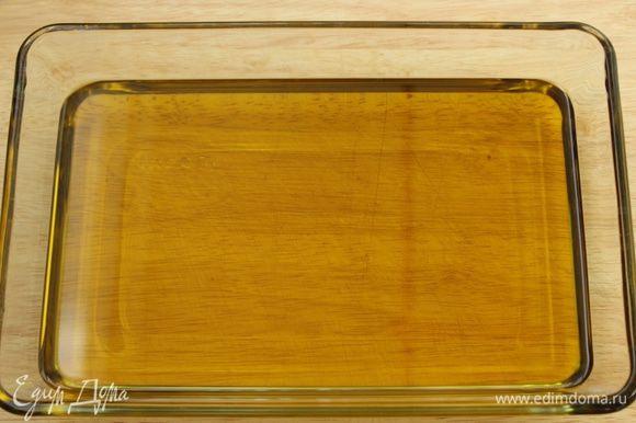 Налить в стеклянную форму масло.