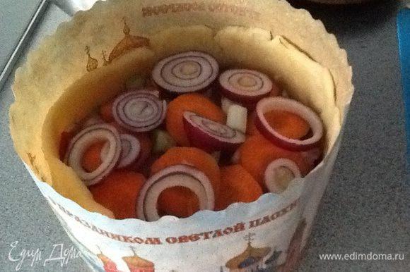 Выкладываем в наши формы курицу с овощами,чередуя с пластинками курицы.В оригинальном рецепте еще был лук порей,но за не имением данного я использовала красный салатный лук и сверху положила кружочки моркови.