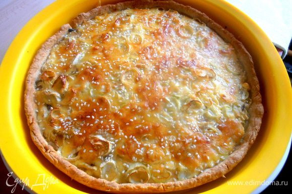 Через полчаса наш румяный киш готов! Когда сыр расплавился корочкой,я вытащила киш и посыпала сверху немного сезамом.