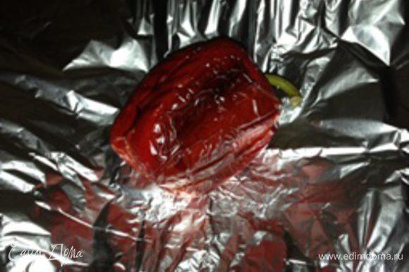 Запеченый перец выложить на фольгу; слегка завернуть в фольгу на 10 минут (чтобы легче можно было снять кожицу).
