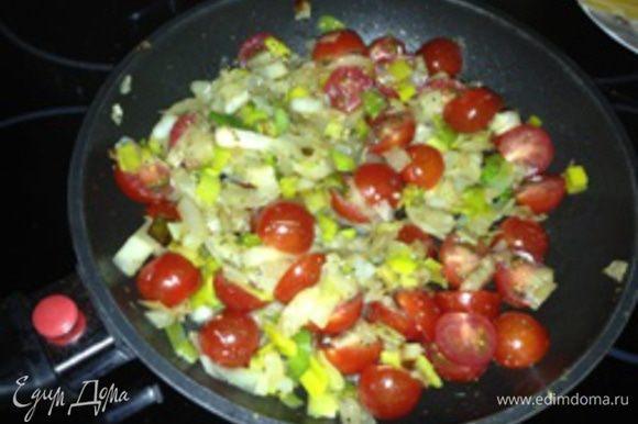 Помидоры черри нарезать половинками или кружочками. Перец извлечь из фольги, снять кожицу, нарезать небольшими ломтиками. Нарезанные помидоры и перец добавить к остуженным овощам. По желанию, добавить 1 ст.л. майонеза, сметаны или био-йогурта (можно с добавлением небольшого количества укропа). Все аккуратно перемешать.