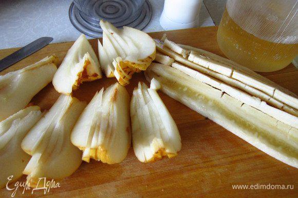 Банан очистить и нарезать вдоль на части, у груш удалить сердцевину и нарезать на тоненькие дольки.