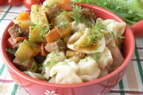 в глубокую тарелку выложить манпар -варенное тесто Залить мясным соусом.