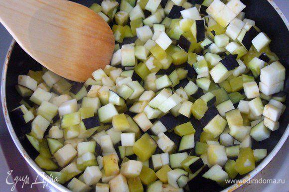 Слегка обжариваем баклажан на смеси оливкового масла, масле грецких орехов и гхи.
