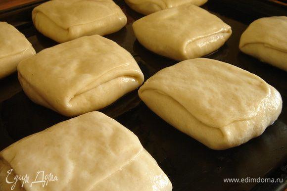 Готовые пирожки выложить на смазанный маслом противень швом вверх. Смазать поверхность пирожков оставшимся маслом. Дать пирожкам отстояться в течении 5-7 минут. Затем немного прижать их ладонью и поставить в духовку на 35-40 минут или до румяной слоистой корочки. В газовой духовке советую через 20-25 минут перевернуть пирожки на другую сторону или через 30 минут включить гриль и довести ргаиф до готовности. Приятного аппетита!