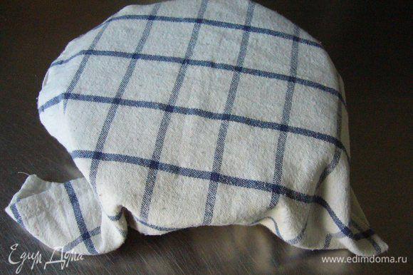 Накрываем тесто полотенцем и отставляем тесто минут на 15 (в идеале накрыть плёнкой и убрать в тёплое место).