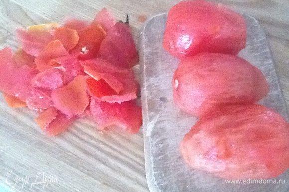 С помидор снять шкурку любым способом. Лучше выбирать мясистые помидоры. Лишний сок и семечки можно удалить. Я просто чищу шкурку.