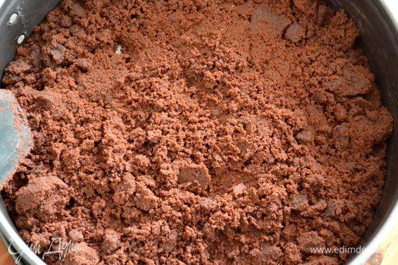Полученную массу (напоминающую мокрый песок) выложить в форму для выпечки.