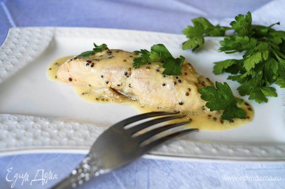 Готовые кусочки лосося посыпать зеленью. Приятного аппетита!!!