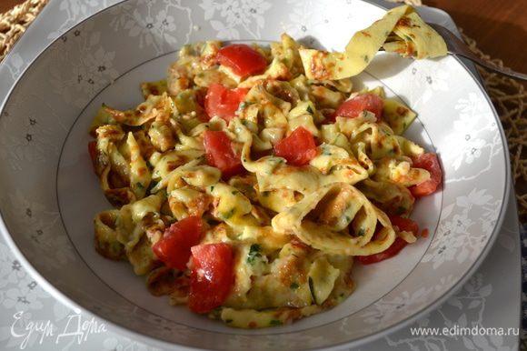 Разложить по тарелкам, добавить кусочки помидора, посыпать, при желании еще немного сыром, и подавать!!! Buon appetito!