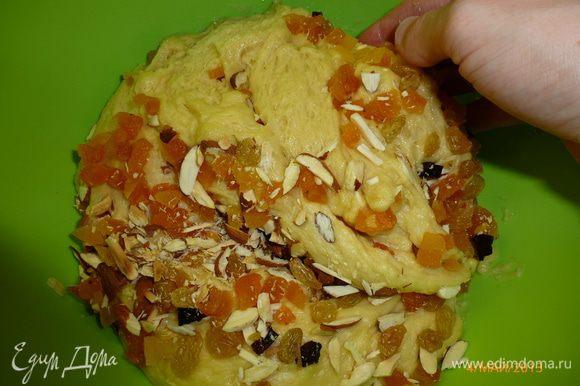 Когда тесто подошло, добавляем изюм, курагу, миндаль и хорошо вымешиваем тесто. Теста получилось 2.6 кг.