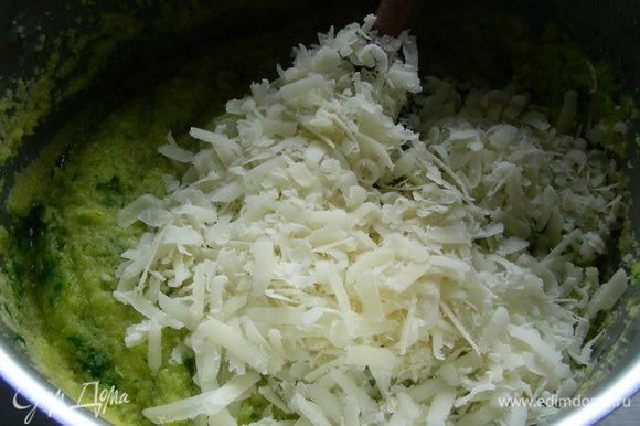 Добавляем в нее пармезан, сливочное масло, перец, соль по вкусу, травяную пасту. Перемешиваем.
