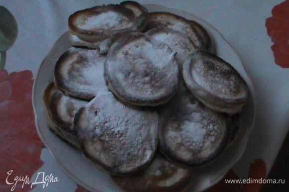Жарить оладьи на горяей сковороде в растительном масле или смальце.Готовые оладьи обильно посыпать сахарной пудрой.