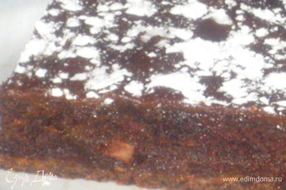 - Брауни с кусочками шоколада: Растопить масло, тщательно вмешать сахар. Пока взбиваете, смесь остынет и можно будет добавить яйца. Затем какао и мука. Все вымешать до однородности (мешать надо не долго иначе брауни будет жёстким и твёрдым, а не кремовым, как нам и надо!), затем добавить кусочки шоколада.
