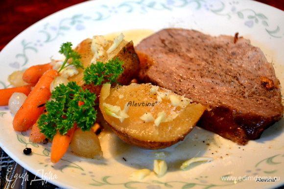Готовой свинине дать постоять отдохнуть. Разрезать на порции. Посыпать солью и перцем, картофель посыпать петрушкой и чесноком. Подать к столу. Приятного аппетита.
