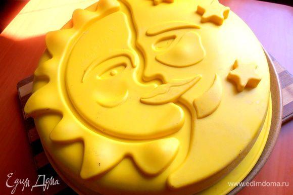 Большой пирог накрываем большой тарелкой и быстро переворачиваем с формой вместе...