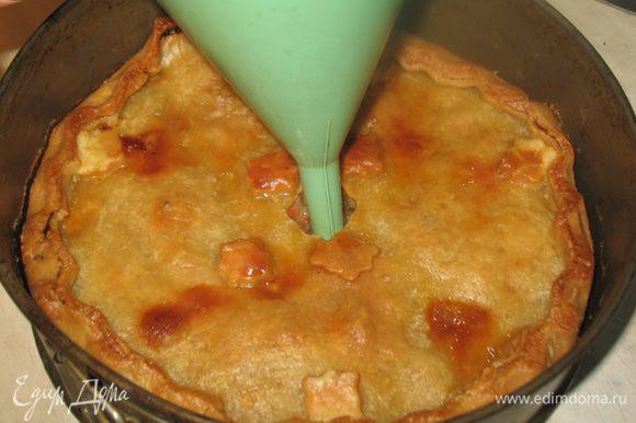 Когда пирог будет еще теплым, через отверстие в верху заполнить раствором бульона с желатином. Наливайте медленно, позволяя впитываться бульону. Дать пирогам остыть и поставить на ночь в холодильник.